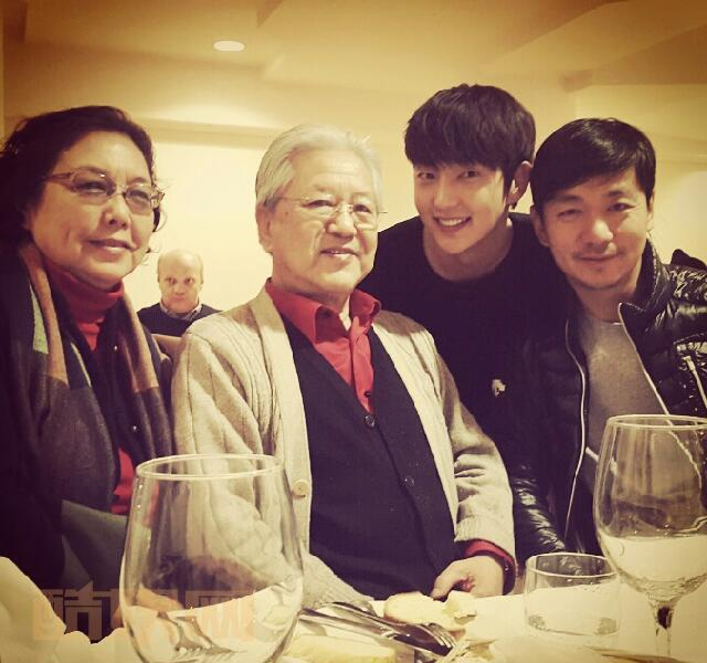 Happy new year My angels ~!! I cant meet my parents this New years day.... TT But very happy to meet  My chinese Big brothers parents ♡ 가족들과 즐겁고 행복한 새해 맞이 하세요~! 새해복 많이 받으세요~♡♡ 新年快乐~!♡   あけましておめでとう♪